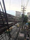 Linie energetyczne i linie telefoniczne cluttered blisko wielkiego zwyczajnego wiaduktu Obrazy Royalty Free