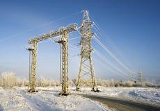 Linie energetyczne rozjaśniają popołudnie w mrozowym na zewnątrz miasta obrazy stock