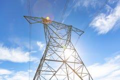 Linie energetyczne z słońce nadchodzącym puszkiem above i niebieskim niebem Obrazy Stock
