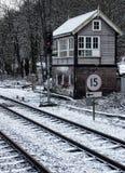 Linie kolejowe i sygnałowy pudełko w śniegu Zdjęcia Royalty Free