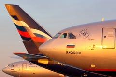 Linie von Aeroflot Ilyushin IL-96, das an internationalem Flughafen Sheremetyevo steht Lizenzfreie Stockfotos