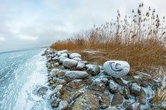 Linie von alten Steinwellenbrechern in der Bucht Stockbild