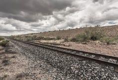 Linie von Bahnstrecken in der Wüste Lizenzfreie Stockfotos