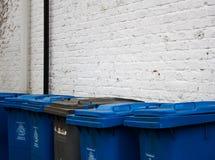 Linie von blauen und grauen Ratsbehältern im Jungfernhäutchen, Berkshire stockbilder