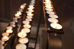 Linie von brennenden Kerzen Stockfotografie
