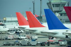 Linie von bunten Parkdüsenflugzeugen Besetzter Flughafen stockbilder