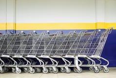 Linie von Einkaufswagen Stockfotografie