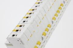 Linie von elektrischen Installationsmodulen wie Leistungsschaltern, fixiert usw. angesehen von der Rückseite lizenzfreie stockfotografie