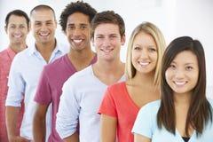 Linie von glücklichen und positiven Geschäftsleuten in der legeren Kleidung Stockbild