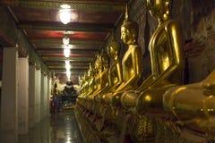 Linie von goldenen Statuen lizenzfreie stockbilder