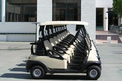 Linie von Golfmobilen lizenzfreie stockfotografie