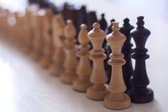 Linie von hölzernen Schachfiguren lizenzfreies stockfoto