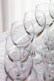 Linie von leeren Weingläsern Lizenzfreie Stockbilder