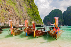 Linie von traditionellen longtail Booten koppelte im berühmten Mayaba an stockfotografie