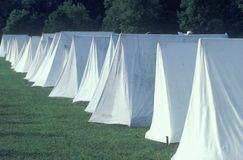 Linie von Zelten während der Wiederinkraftsetzung des Amerikanischen Unabhängigkeitskriegs, neues Windsor, NY Stockbilder