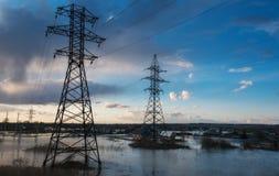 Linien der elektrischen Energieübertragung im Wasser lizenzfreie stockfotos