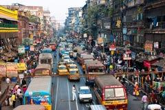 Linien der gelben Botschaftertaxis und -busse auf der Straße der Stadt Lizenzfreie Stockfotografie
