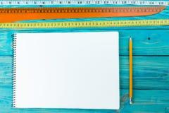 Linien und ein weißes Blatt Papier für Anmerkungen Stockbild