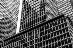 Linien von Glasscheiben auf Gebäuden lizenzfreie stockbilder