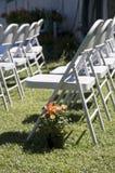 Linien von Stühlen für eine Hochzeit des Landes im Freien Stockfoto