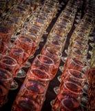 Linien von Weingläsern Stockfoto
