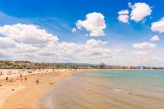 Linii brzegowej Costa Dorada, plaża w losie angeles Pineda, Tarragona, Catalunya, Hiszpania Odbitkowa przestrzeń dla teksta Obrazy Royalty Free