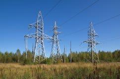 Linii energetycznych poparcia blisko lasu obraz stock