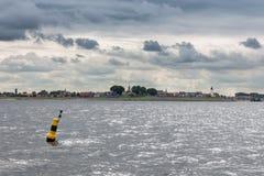 Linii horyzontu historyczna Holenderska wioska rybacka Urk zakrywający z chmurnym niebem Fotografia Royalty Free