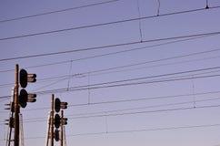 Linii kolejowej światła ruchu przeciw jasnemu niebieskiemu niebu, kontaktu drut Wysokie woltaż linii kolejowej linie energetyczne Obraz Royalty Free