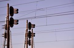 Linii kolejowej światła ruchu przeciw jasnemu niebieskiemu niebu, kontaktu drut Wysokie woltaż linii kolejowej linie energetyczne Fotografia Stock