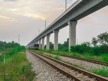 Linii kolejowej lokomotoryczny podróżować w Tajlandia Zdjęcie Stock