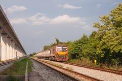 Linii kolejowej lokomotoryczny podróżować w Tajlandia Zdjęcia Royalty Free