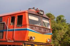 Linii kolejowej lokomotoryczny podróżować w Tajlandia Obrazy Stock