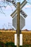 Linii kolejowej przerwy znak na krawędzi pola spadek barwi w Indiana łące Obrazy Royalty Free