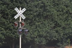 Linii kolejowej skrzyżowania szyldowi i ostrzegawczy światła zdjęcie royalty free