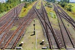 Linii kolejowej skrzyżowanie na żwirze w świetle słonecznym Fotografia Royalty Free
