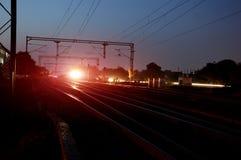 Linii kolejowej stacja przy nocą Zdjęcie Royalty Free