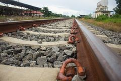 Linii kolejowej sztachetowy cofać się w odległość zdjęcie stock