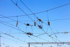 Linii kolejowych zasięrzutne linie przeciw jasnemu niebieskiemu niebu zdjęcie royalty free