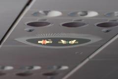 Linii lotniczej zbawcza demonstracja, lekki symbol na samolocie, pas bezpieczeństwa i non dymić znak, steward Zdjęcia Stock