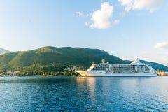 Liniowa wielcy żagle w promieniach zmierzch wzdłuż Boka-Kotorska Trzymać na dystans Montenegro Zdjęcia Royalty Free
