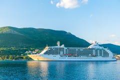 Liniowa wielcy żagle w promieniach zmierzch wzdłuż Boka-Kotorska Trzymać na dystans Montenegro Obraz Royalty Free