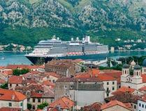 Liniowiec na doku w Kotor, blisko Starego miasteczka w zatoce Kotor, M Fotografia Royalty Free