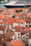 Liniowiec na doku w Kotor, blisko Starego miasteczka w zatoce Kotor, M Zdjęcia Stock