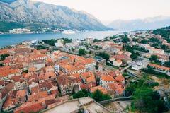Liniowiec na doku w Kotor, blisko Starego miasteczka w zatoce Kotor, M Obrazy Royalty Free