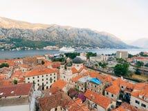 Liniowiec na doku w Kotor, blisko Starego miasteczka w zatoce Kotor, M Obrazy Stock