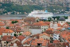 Liniowiec na doku w Kotor, blisko Starego miasteczka w zatoce Kotor, M Obraz Royalty Free