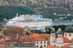 Liniowiec na doku w Kotor, blisko Starego miasteczka w zatoce Kotor, M Fotografia Stock