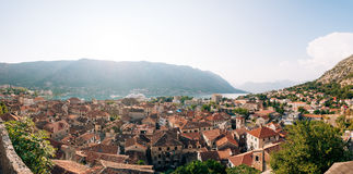 Liniowiec na doku w Kotor, blisko Starego miasteczka w zatoce Kotor, M Zdjęcie Royalty Free