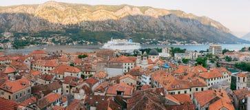Liniowiec na doku w Kotor, blisko Starego miasteczka w zatoce Kotor, M Zdjęcie Stock